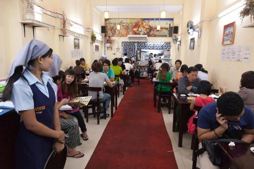 ミャンマー人客でいっぱいの寿司屋