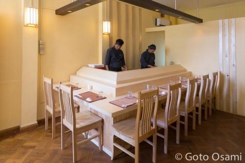 鮨職人は、二人ともミャンマー人。日本での鮨の経験が20年以上ある。日本語もぺらぺら。