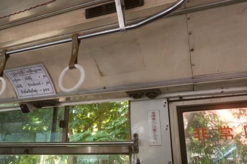 元々は日本のバスなので、日本語がいろいろと残っている