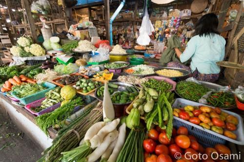 いつも野菜を買っている店。いつもは元気なおばちゃんが恥ずかしがって後ろを向いた。