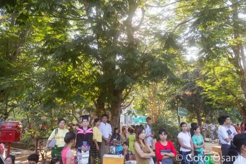ヤンゴン大学の卒業式に集まった人たち