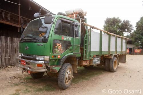 ラヘーに向かうトラック。荷台ではなく運転席のほうでと一人10,000チャット。
