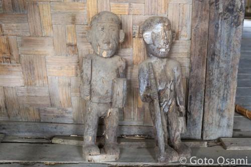 ボロボロになったナガ族の木彫の人形