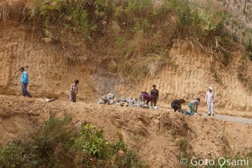 砂利はハンマーで人力生産