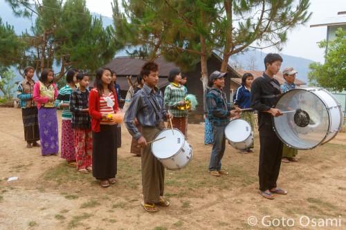 学校で練習中の鼓笛隊
