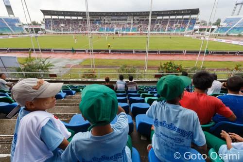 正面スタンドには日本からのサッカーツアー客の団体もいる。