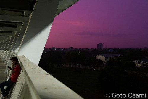 スタジアムの後ろは紫色だった