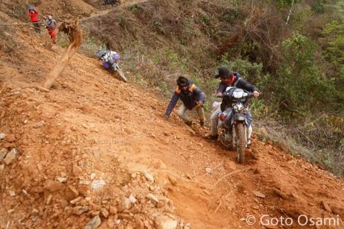 土砂を勢いよく駆け上がるバイク隊