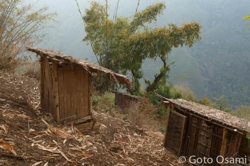 斜面に建つトイレ