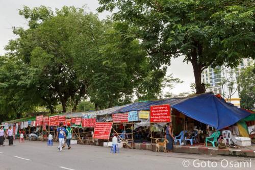 マハーバンドゥーラ公園の前の抗議テント