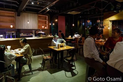 Coffe Circles の店内。夜は雰囲気のある薄暗い照明。