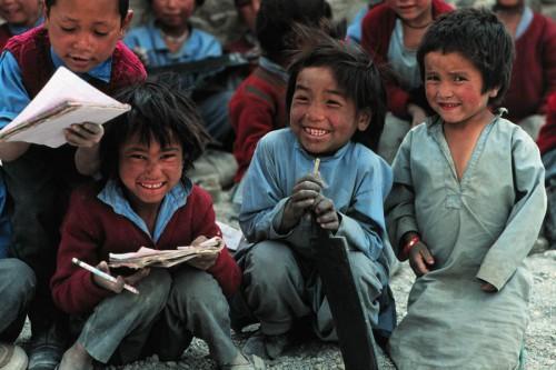 1991年インドのラダックの小学校。真ん中の子が石版を持っている。