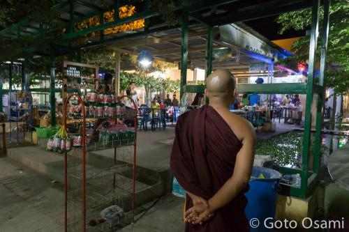 115マイル サービスエリア。僧侶は午後は食事禁止。