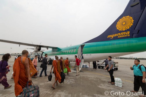カムティー行き飛行機がマンダレー空港に到着