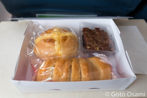 カムティー行き飛行機の機内食
