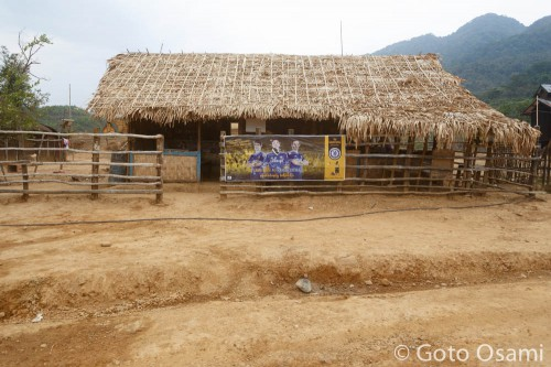 ナガの村にサッカー選手のポスターが