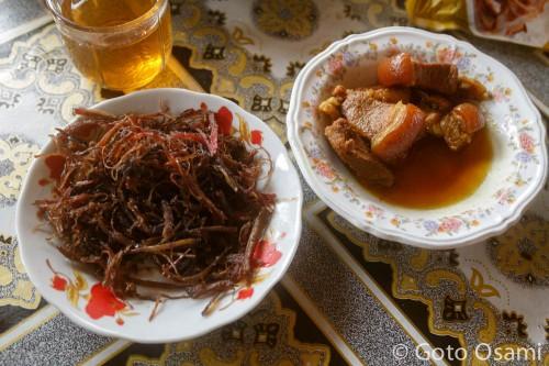 昼飯は豚カレーにシカの干し肉