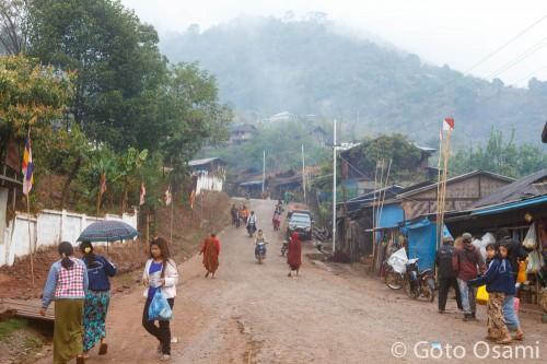 早朝のラヘー。この坂の先がインド国境へと繋がる。