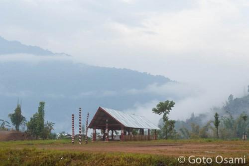 トタン屋根になったナガ伝統の家。