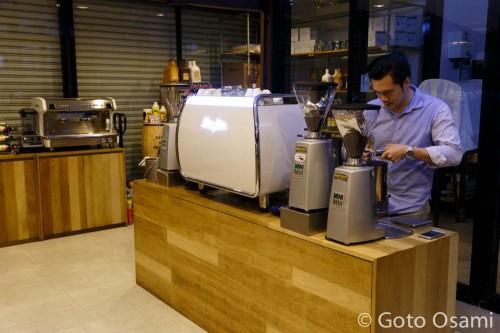 Coffee Circle 展示室。オーナー氏に試飲コーヒーを淹れてもらった。
