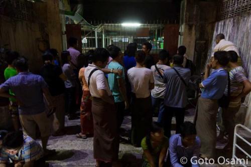早朝4時20分にチケット売り場前に集まった人たち